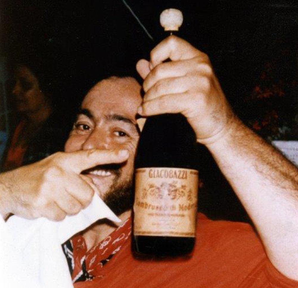 Luciano Pavarotti con una bottiglia di Lambrusco Giacobazzi